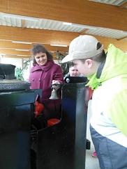 Cansel und Kevin inspizieren die Großfahrzeuge
