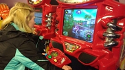 Den ersten Abend verbrachten wir im Indoor- Spieleland im Center Park. Hier gibt Celine an einem Spielautomaten ordentlich Gas.