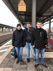 Die Redakteure am Bahnhof
