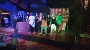 Der DJ ist begeistert, die Schüler rocken die Bühne.