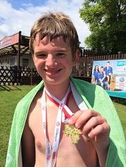 Florian mit seiner Goldmedaille
