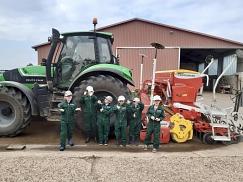 P2 vor dem Riesen-Traktor