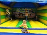 Spaß auf der Hüpfburg in der Turnhalle