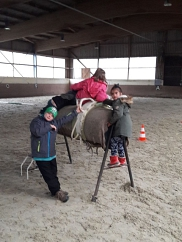 Üben auf dem Tonnenpferd